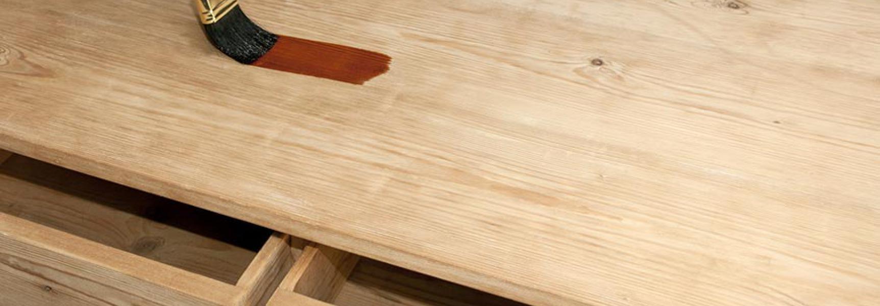 Mann streich Holzmöbel