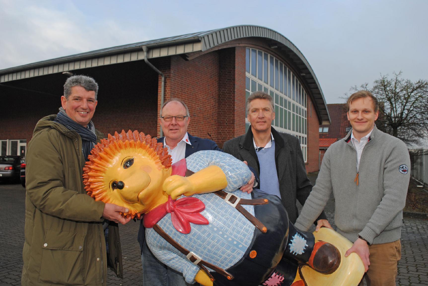 Bürgermeister Hans-Jürgen Detje und Bürgermeister Matthias Herwede der Gemeinde Horneburg tragen den Buxtehuder Igel symbolisch in das neue Werk